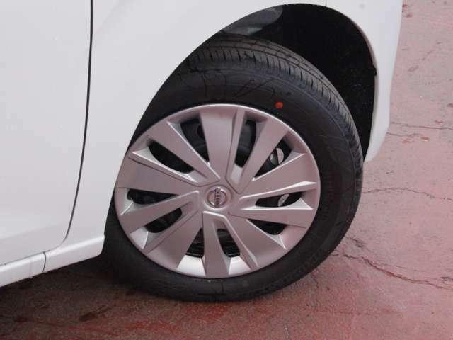 タイヤサイズは155/65R14になります。スチールホイールにホイールカバーになります。
