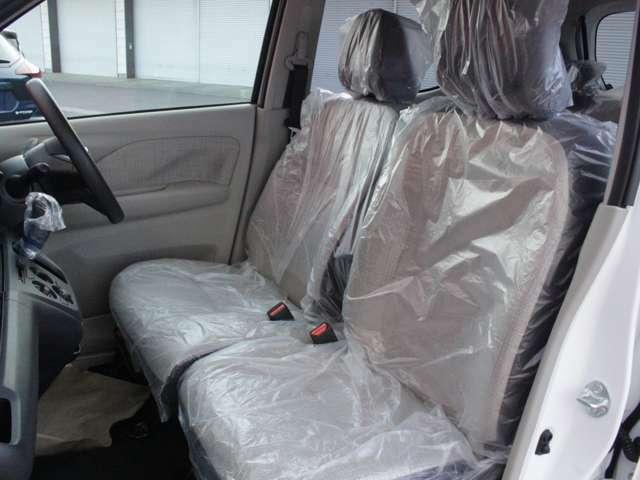 運転席、助手席の広々とした室内は運転しやすさと質感と機能を高めています。