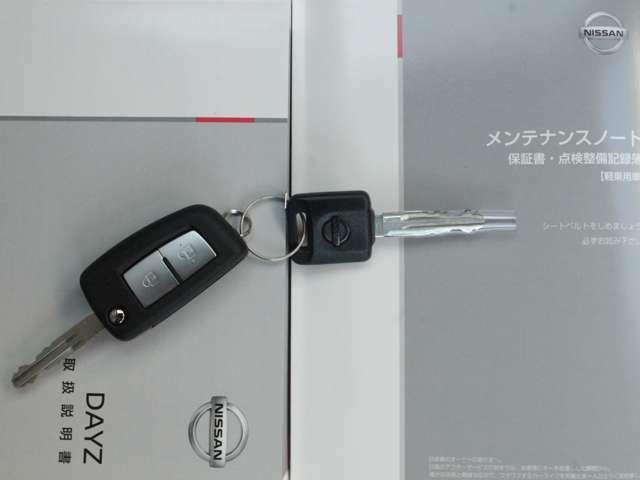 ドアの開閉は鍵のボタンを押して出来ます。エンジンをかける際は鍵を挿して回してかけるタイプになります。