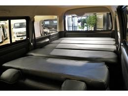座席を折りたためばフラットな仕様に!大きな荷物を載せたり、車中泊をすることも可能!