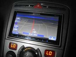 社外ナビが装備されております♪画面もクリアで見やすく運転中も確認しやすいです♪ワンセグTV+DVDの視聴もお楽しみ頂けます♪ロングドライブの時でも快適にドライブをお楽しみ頂けます♪
