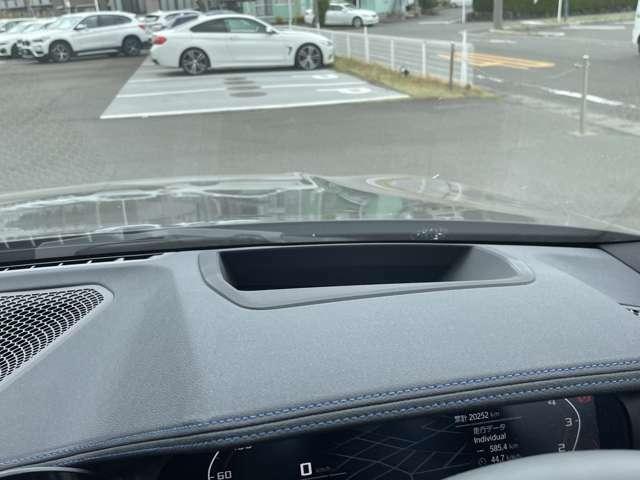 ナビゲーション・システムによるルート案内表示や現在の車速などの様々な情報を投影し、ドライビングをサポートするヘッドアップディスプレイ。