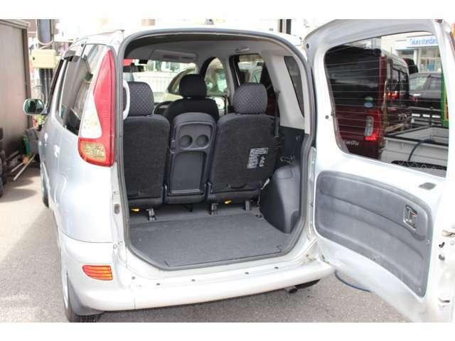 後ろの扉は上方向ではなく横に開くので、背の高い荷物を積む際もとっても便利ですね(^^)