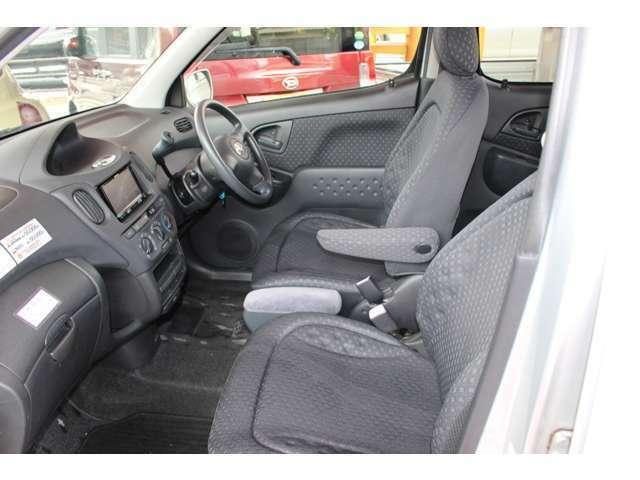 運転席と助手席間、また後部座席への移動もラクラクできちゃいます♪