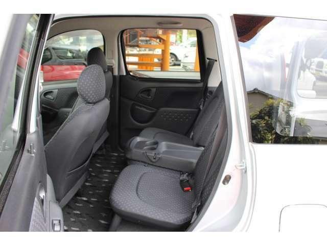 後席もこの広さ♪ドリンクホルダーに小物置きがあり、快適な空間が広がります(^^)