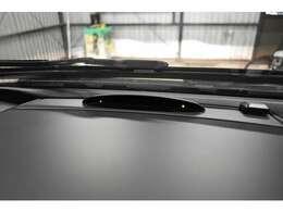 バックカメラと併用する事で、更に安全性が高まる駐車に便利なパークトロニックセンサー(障害物検知ソナー)付です。