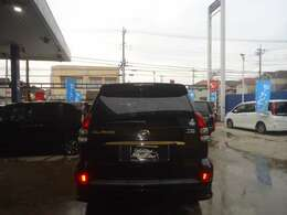 薄いブラックに着色された純正プライバシーガラス装着車です。内装の色あせ軽減 エアコンの効き向上などに大活躍です。