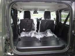 後席シートを倒せばこんなにフラットに☆これで大きな荷物も長い荷物も楽々運べちゃいますし、作業スペースにも早変わり。お子様がいらっしゃる方、割と便利に使うことができるのではないでしょうか?