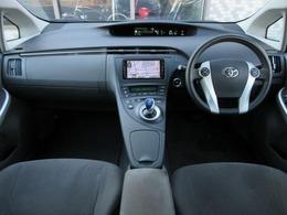 内装はグレーを基調としたシックで落ち着いた雰囲気の車内になっております♪パネル類にも目立つキズや汚れ等も無くキレイな状態です♪