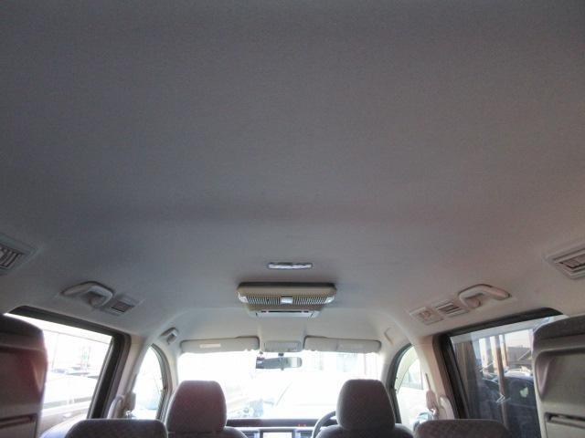 天井は高く開放感がございます♪天張りには目立つ汚れやイヤな臭いなどもありません♪キレイで清潔感のある車内になっております♪