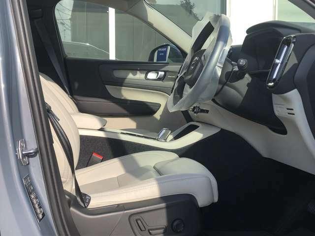 本革シート。シートヒーターや8wayの電動調整機構(運転席はメモリー機能付き)が標準