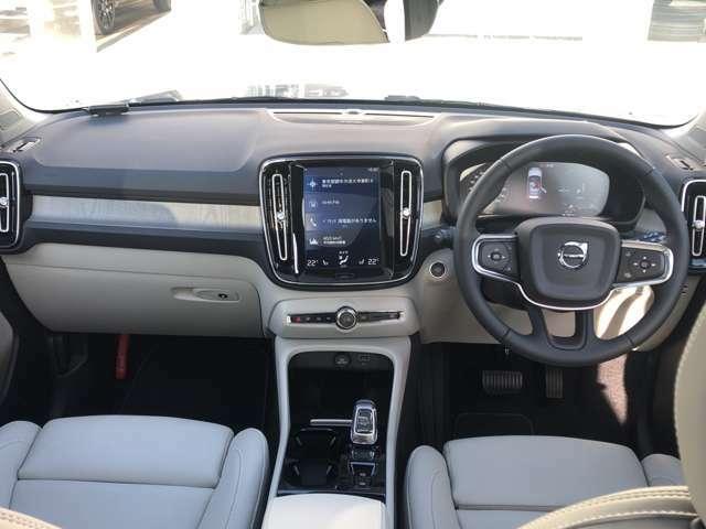 全体的にシンプルなインテリアデザインは、運転する人を運転に集中させ、また同乗している人はリビングのようなくつろぎを感じられる設計です。