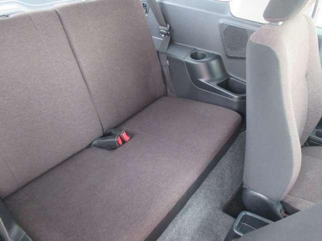 後部座席は広いとは言えませんが十分座れます