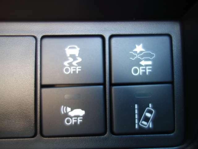 【VSA】ブレーキ時の車輪ロックを防ぐABS、加速時等の車輪空転を抑えるTCS、旋回時の横すべり抑制。3つの機能をトータルに抑制し、車両の急激な挙動変化を抑え、運転にゆとりを与えます。