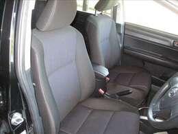 運転席はブラックとダークグレーを基調とした厚手の布地を採用しています。座り心地やサポート感も良好です。禁煙車なので、車内も綺麗な状態です★☆★☆★