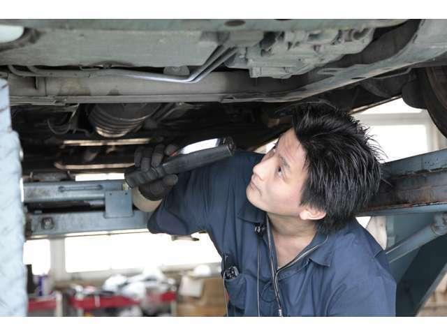 約300項目に及ぶ点検を行います。バッテリーなどの電装品から各種プーリーやベルト、サーモスタットなどの冷却系統までチェックを行います。納車後も永く安心してお乗りいただけるように整備点検をしております。