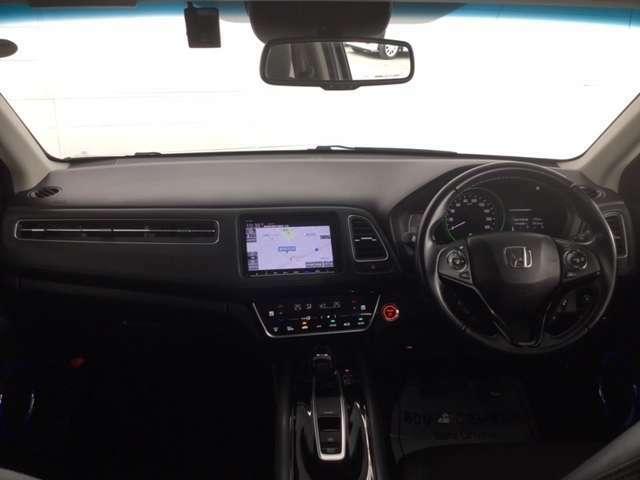 着座位置が高く良好な視界に、ブラック基調のスポーティーなインテリア。