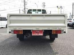 最大積載750kg。長さ240cm×幅160cmの大きな荷台を備えています☆