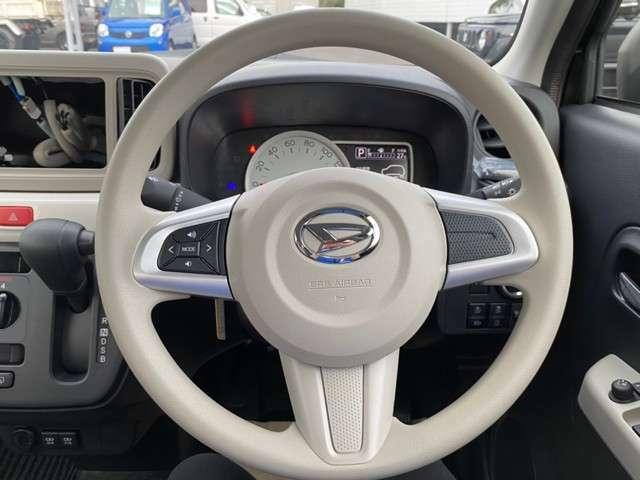 ハンドルにボタンがついていて走行中のオーディオの操作も可能なステアリングスイッチ付!!