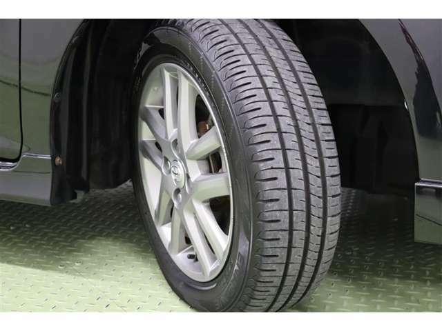 タイヤサイズは 185/60R15。純正アルミホイール装着です。足元を引き締めてくれ、しっかりした走りも楽しめますよ。