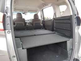 後席シートをたたんで フラットな車中泊モードに! 床下にも大きなスペースがあるので荷物も室内に置いたままでOK!小さなキャンパーですね!
