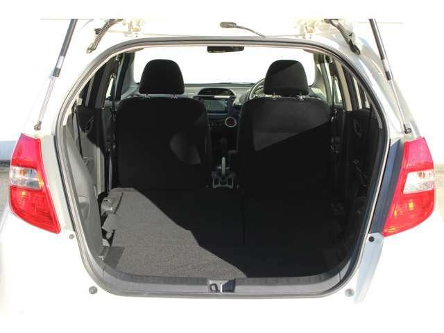 後席が足元に収まり、ラゲッジと一体に。床がすっきり平らになり、安定感も確保。左右片側だけのアレンジもできます