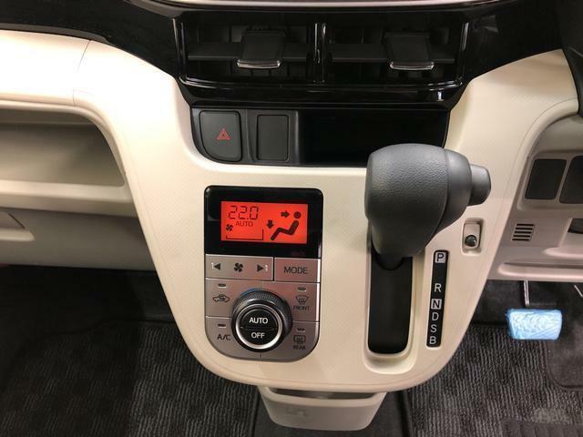 オートエアコン装備!お好みの温度に設定しておくと自動で風量などを調整してくれます。一年中快適ドライブです。