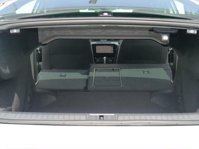 後部座席を倒すとさらに荷物を載せることができます。