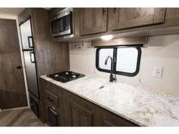 広いキッチン!3口コンロ、電子レンジ、2ドア冷蔵庫、シンクには蓋も付きました