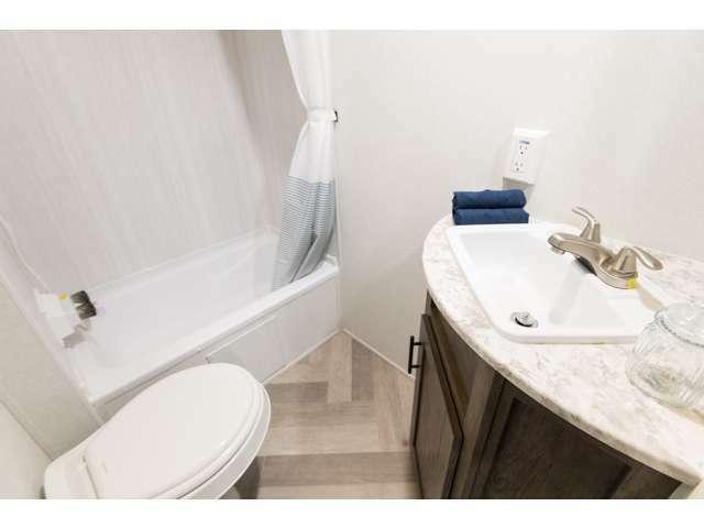 バスタブ付きシャワー、トイレ、洗面台も付いています