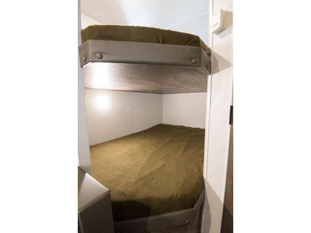 シングルよりも幅広の2段ベッドも完備!!