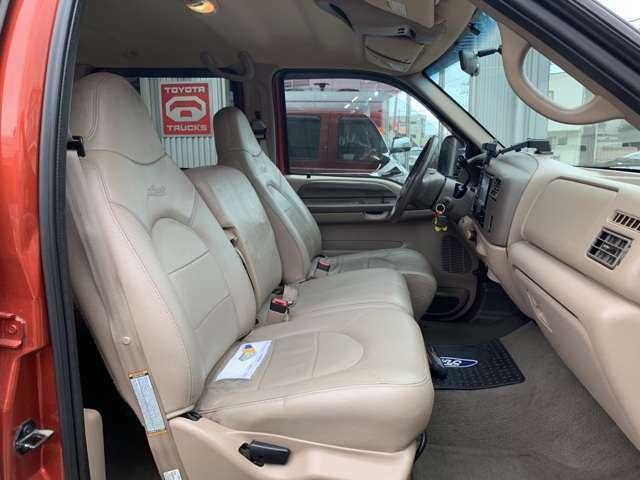 レザーベンチシート、運転席はパワーシートです