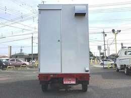 後部には換気扇も設置!外部給電コンセントもあるので、停車時でも問題なく使用が可能です☆