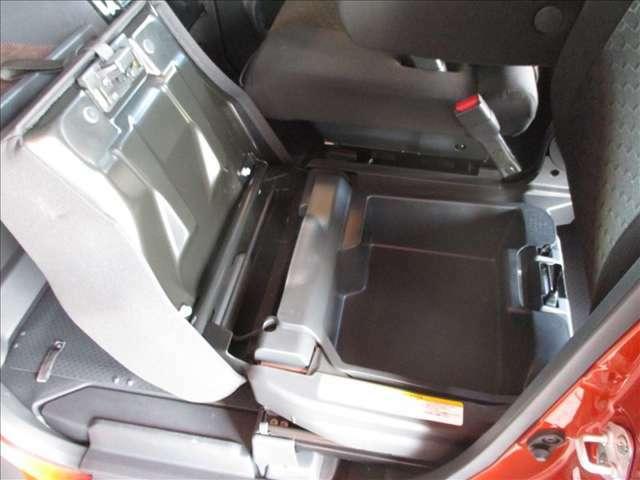 助手席シート下にシートアンダーボックス付き これは便利ですよ♪