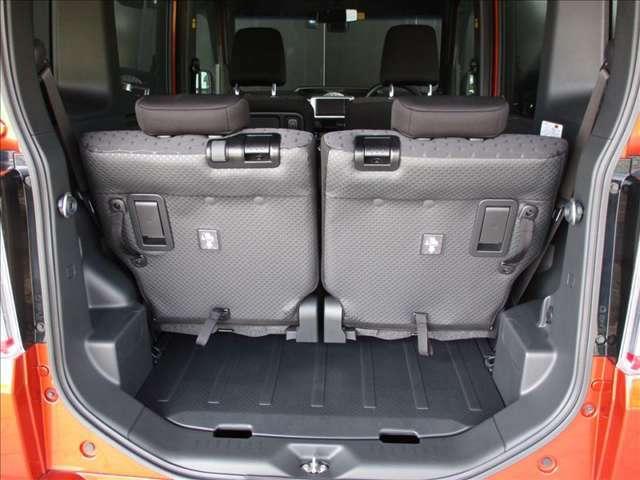定員乗車時でも通常使いなら十分なひろさのラゲッジスペースを確保しています。