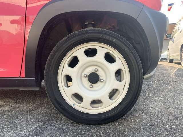 ホワイトホイール、ホワイトルーフのツートンカラーです。 ノーマルタイヤを履いており、タイヤサイズは165/65R15となります。
