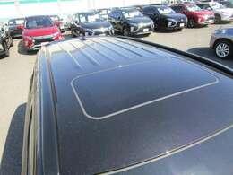 電動ガラスサンルーフを装備!走行中の車内換気にも便利!解放感のある天井です。