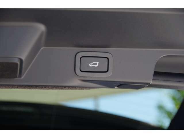 『電動テールゲート』大きな車両ほどテールゲートが大きく重たいため電動テールゲートは必須です。キーレスの操作一つで開閉が可能です。