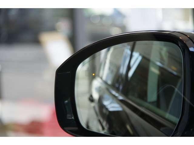 『ブラインドスポットモニター』ドライバーが確認しづらい死角の車や接近してくる車を検知するシステムです。 検知した側のドアミラーに小さな警告ライトが点灯しドライバーに知らせてくれます。