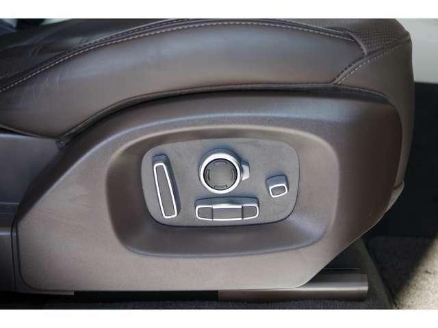 ヘッドレストやシートの前後、背もたれなどを電動で調整が可能です♪運転席と助手席には3名までのシートポジションを記憶できるメモリ機能付きとなっております♪