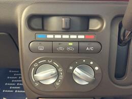 操作しやすく、見やすいマニュアルエアコン装備。風量調整などが簡単にできます。