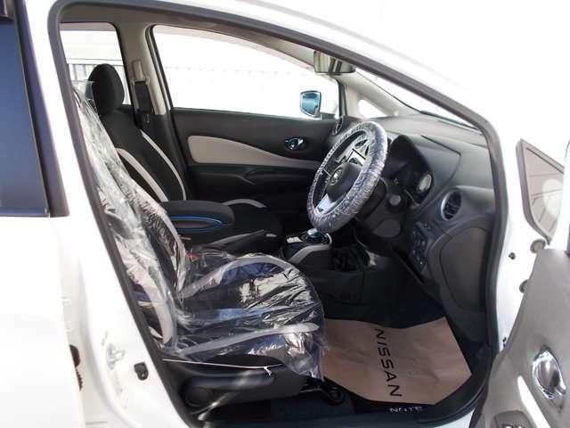 長時間のドライブでも快適なホールドの良いフロントシート。