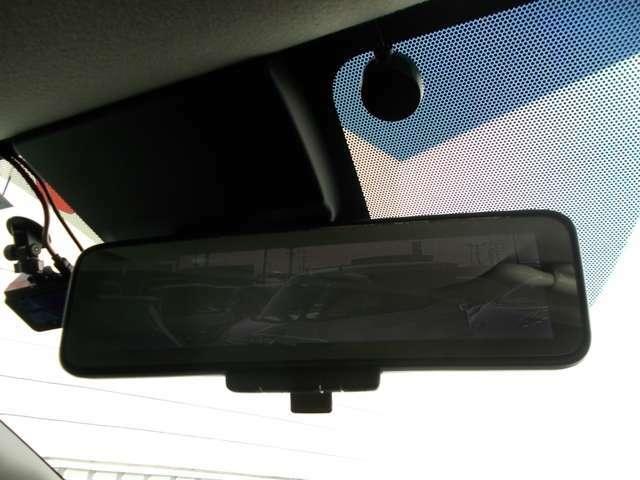 スマートルームミラー、後方がカメラの映像で見れるので視界くっきり、車内に障害物があっても関係ありません。普通のバックミラーとも切りかえが出来ます。