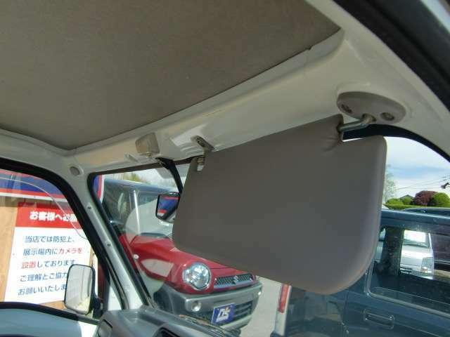 運転席側には、サンバイザー装備しています。