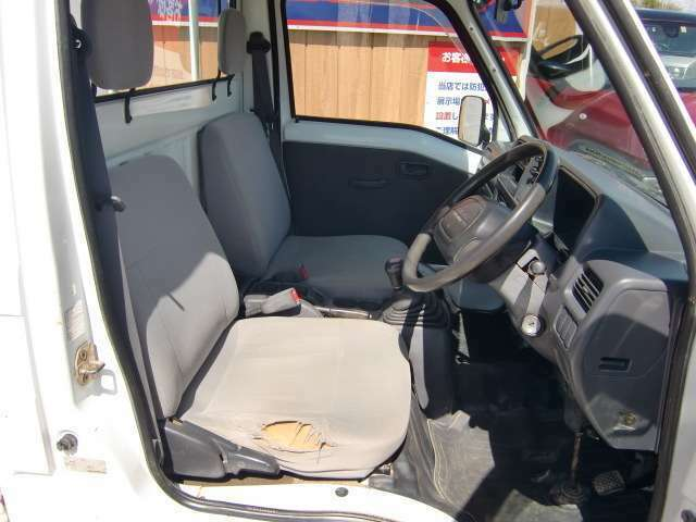 運転席シート、破れがあります。