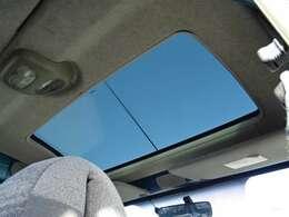 ◆ガラスルーフ◆前席上部にガラスルーフが装着されていますので車内が明るくなります♪◆