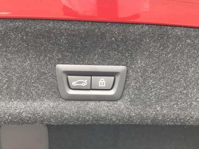 トランクゲートは電動で御座います。ボタン一つで開閉可能となっております。もちろんフットセンサー付きで足でも開閉可能です