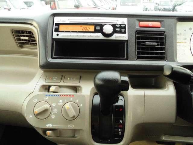 純正CDデッキついています。エアコンはマニュアルエアコンとなります。冷房も暖房もよく効いています。