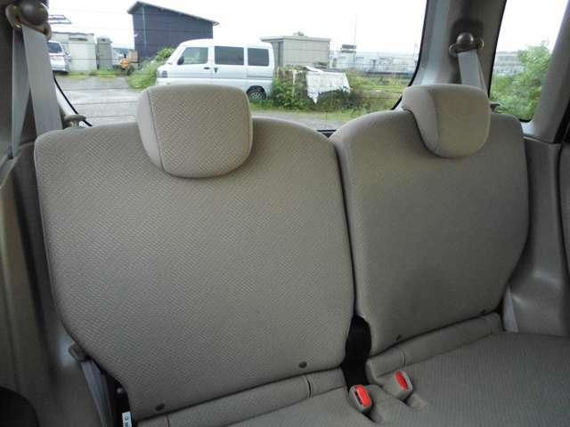 後部座席もキレイです。足元にはマットついています。