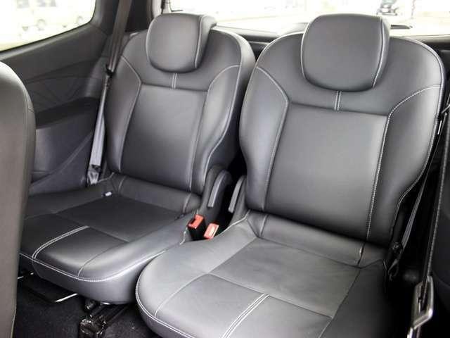 後部座席は使用感少なく、きれいな状態です。